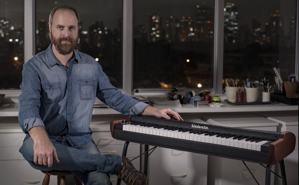 photo of the designer Tiago Valente with his electric piano