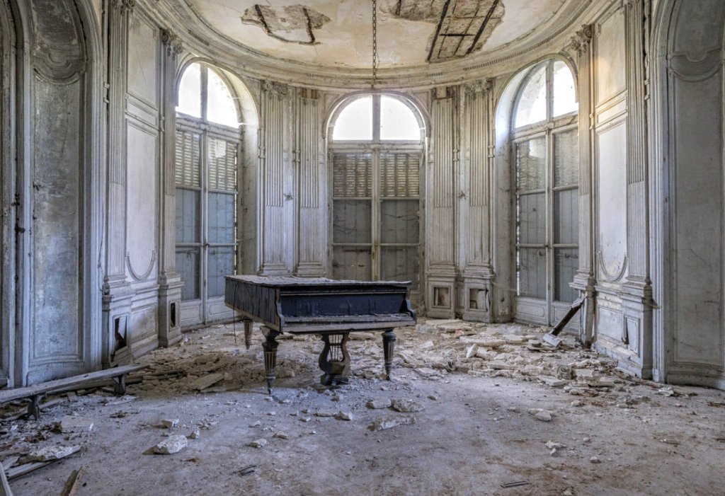 image of grand piano in derelict building