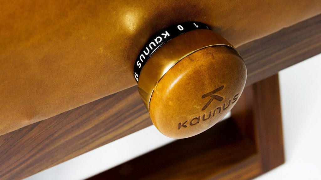 close-up shot of the specially designed control knob for adjusting the seat height of the Kaunus Arthur bench
